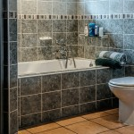 Brug en toiletforhøjer som billigt alternativ til et højt toilet